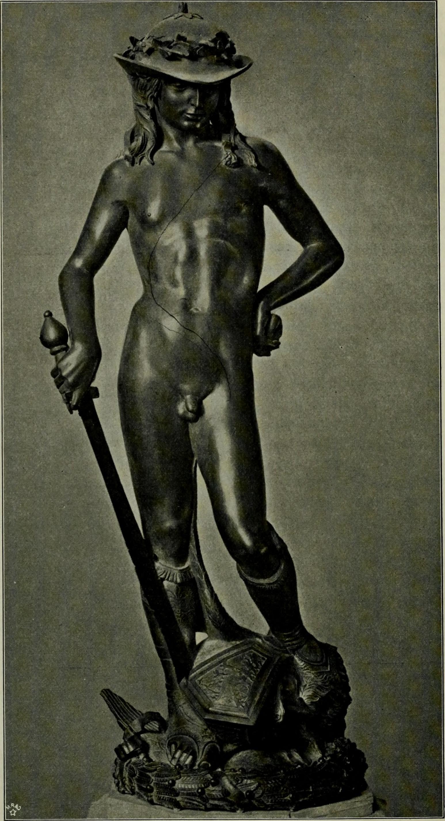 скульптуре Давида Донателло (1430-1440) — одной из самых эротичных работ в истории искусства. Эта хрупкая фигура молодого человека в элегантных ботинках и странной шляпой держит меч в головокружительной и величественной позе.